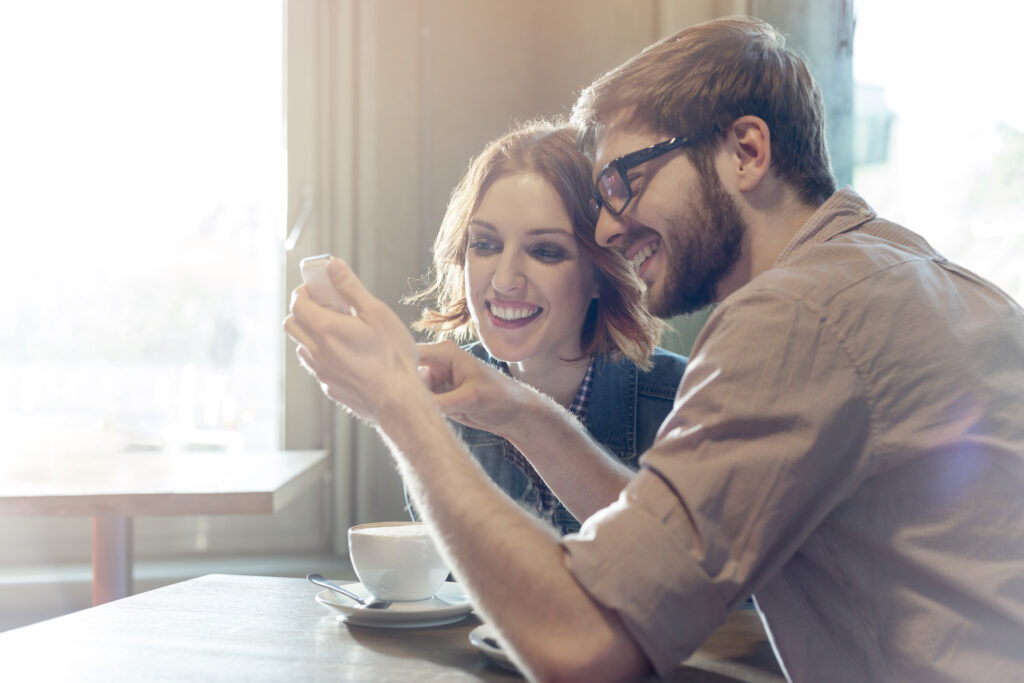 Couple - smartphone - Nouvelle offre B&YOU - Internet week-end