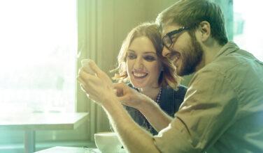 Couple - smartphone - gérer facilement son réseau - Bbox - Gestion Bbox