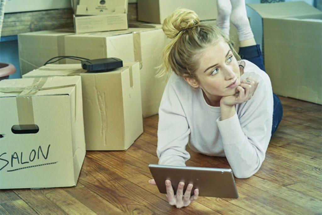 Femme - cartons déménagement - tablette