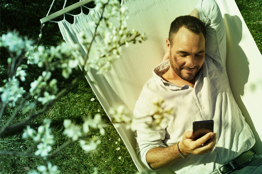 Homme - hamac - temps passé sur son smartphone