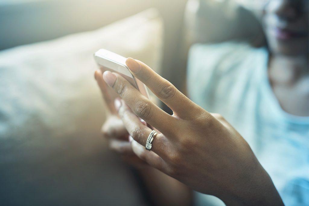 Femme - utilisation optimisée de son smartphone