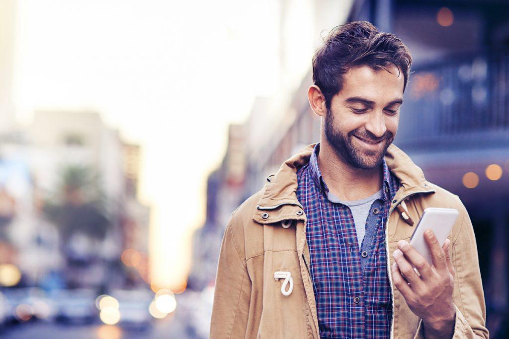 Homme - rue - smartphone - durée de vie