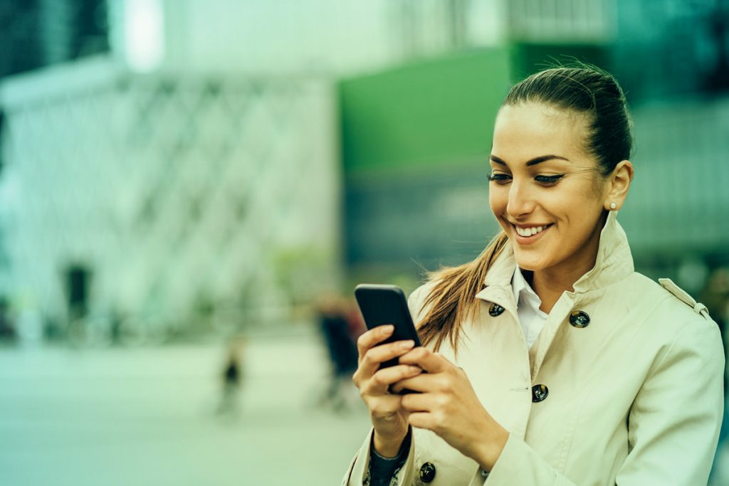 Femme - Smartphone - Données protégées