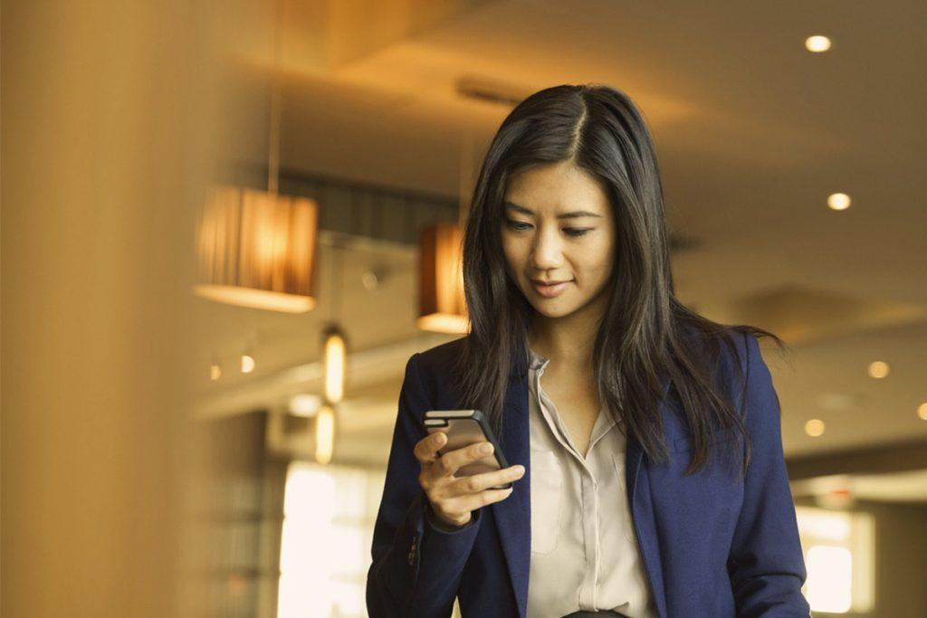 Femme - Smartphone - OK Google - assistant personnel