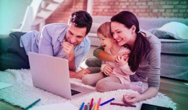 Famille devant un ordinateur - Nouvel espace client amélioré