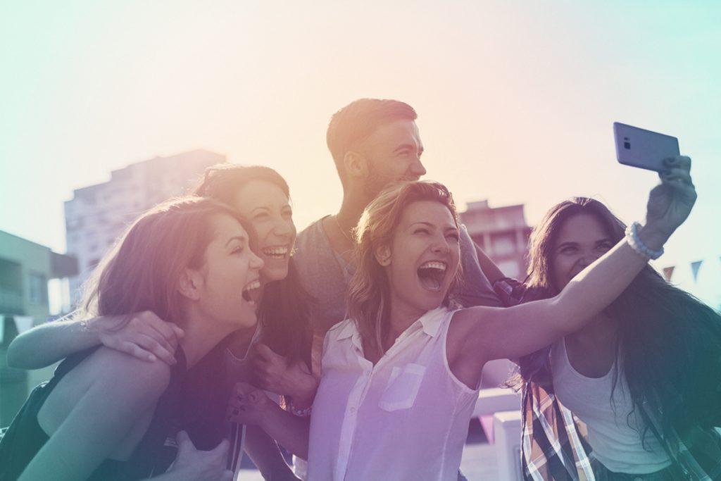 Groupe jeune - smartphone - Samsung