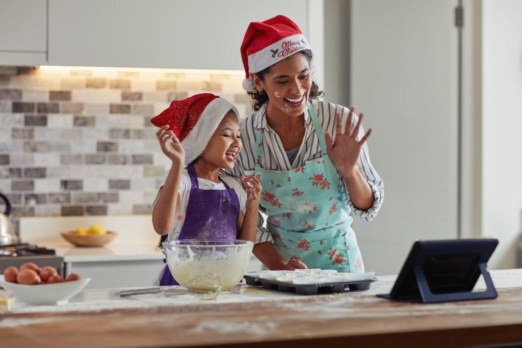 Mère et sa fille cuisinent ensemble - Préparatifs Noël