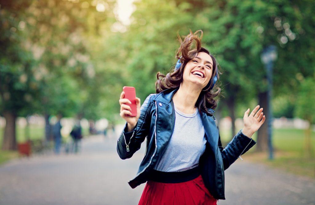 Femme écoute de la musique - Spotify Premium - partout avec vous