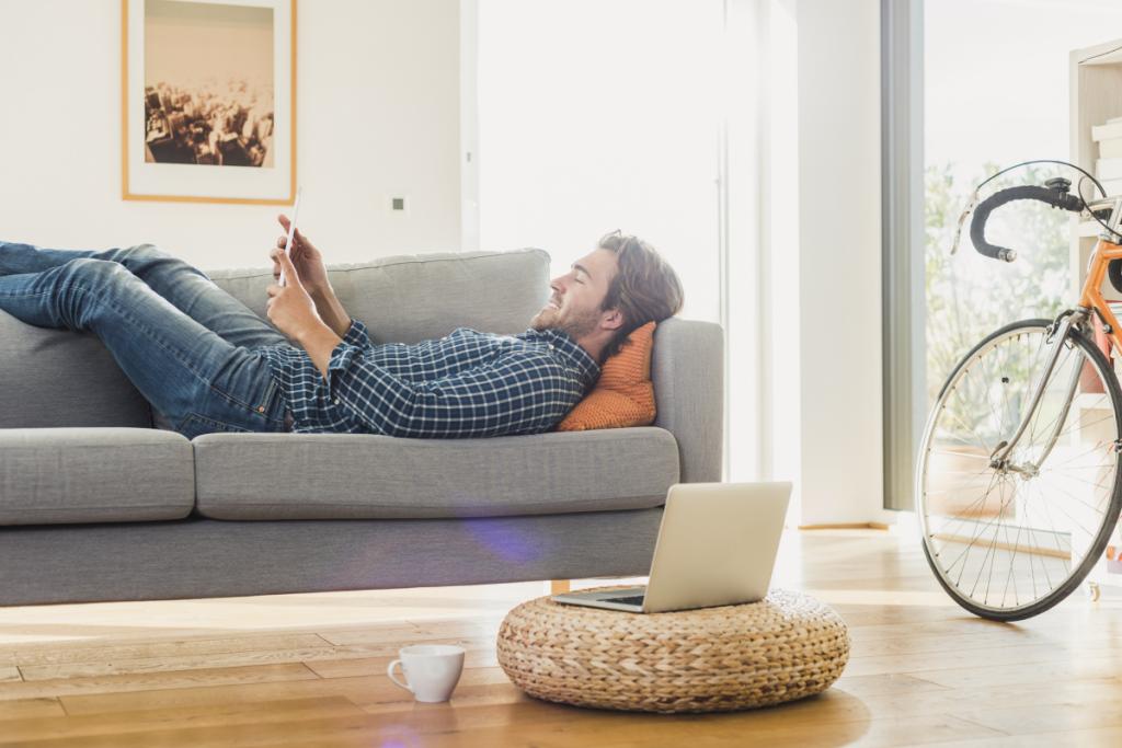 Homme et tablette - Wi-Fi à la maison - optimisez votre connexion