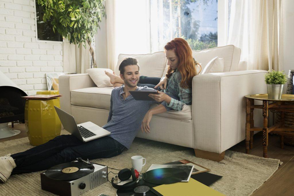 Couple - confinement - Astuces et cadeaux Bouygues Telecom