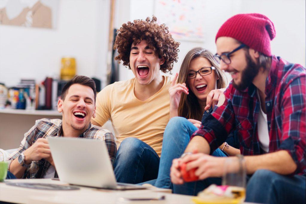 Groupe - ordinateur - Séries entre amis - l'été de tous les dangers