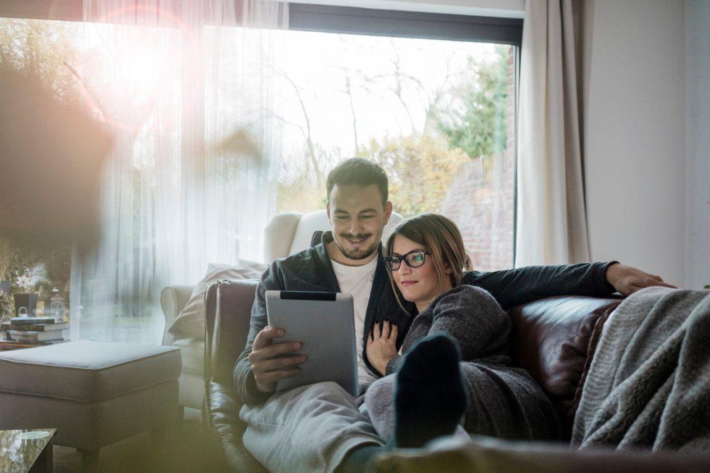 Couple - tablette - Séries sur place ou à emporter - Séries d'amour