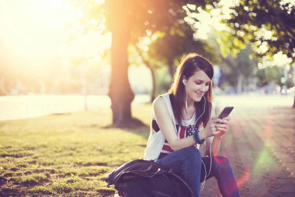 Femme - smartphone - séries sur place ou à emporter - Netflix - OCS