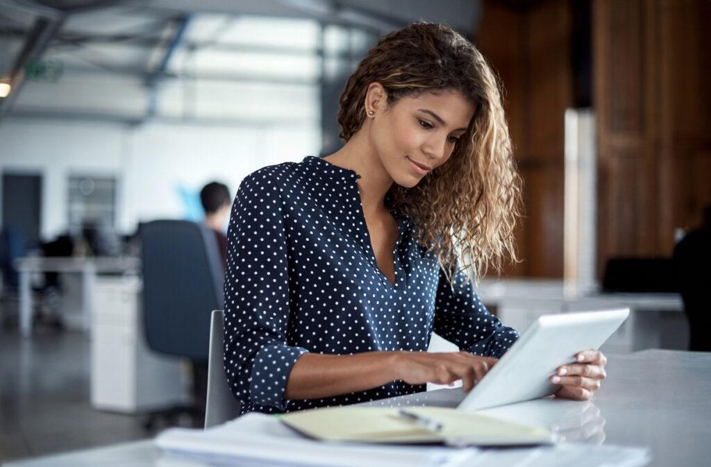 Femme avec une tablette - Conseils - mail pro