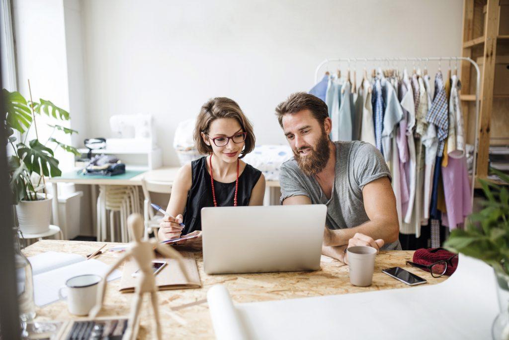 Couple - ordinateur - Créer simplement son site de vente - Pro
