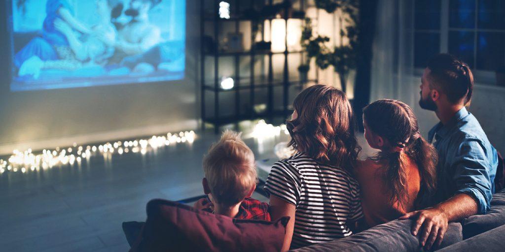 Famille devant la TV - nouvelle interface - Bbox Miami et Bbox 4K