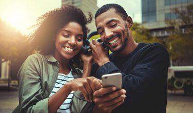 Le smartphone, ami ou ennemi du couple ? Ils témoignent !