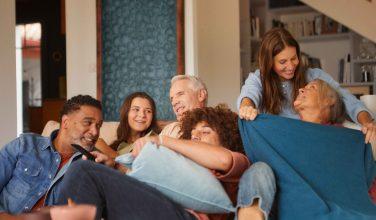 Famille devant TV - offre Multi TV Bbox