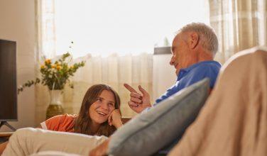 Grand-père et petite fille - exclusion numérique