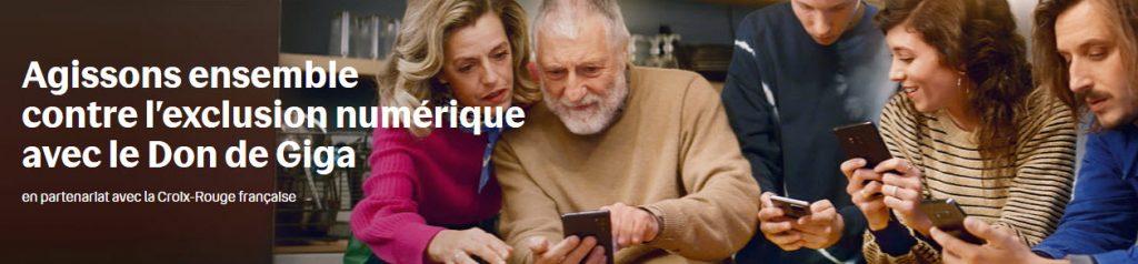 Famille avec smartphone - solidarité - exclusion numérique