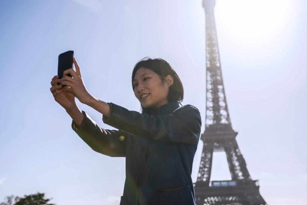 Femme - smartphone - 5G - Tour Eiffel - Paris