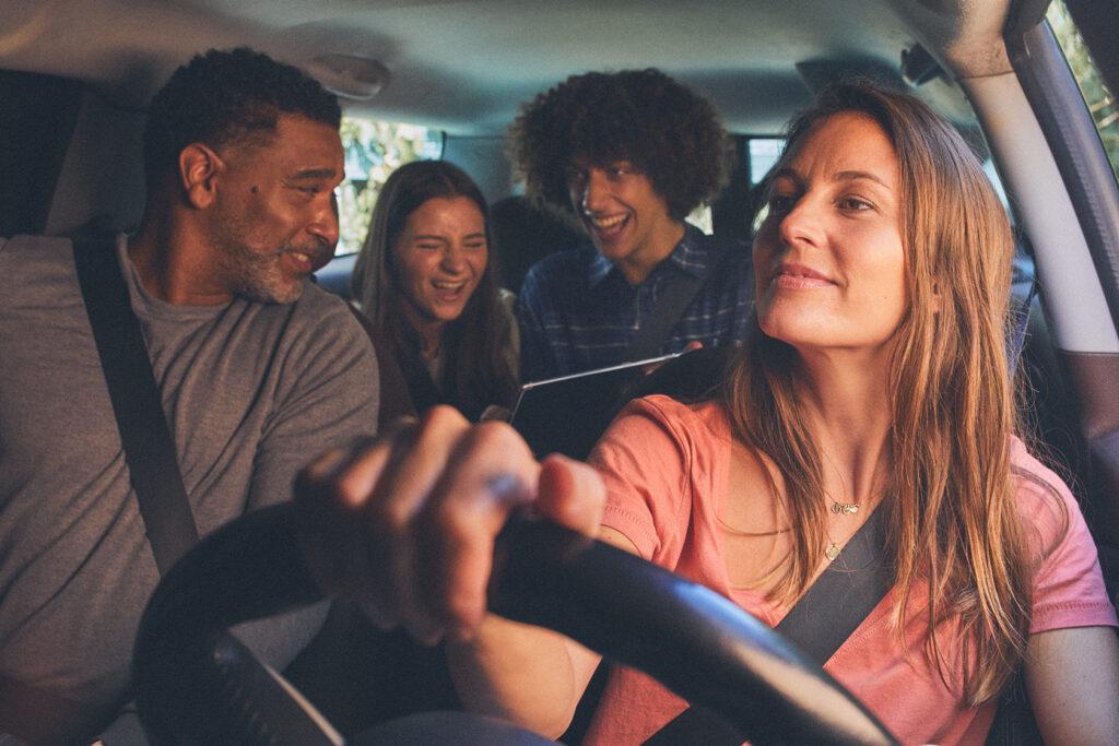 Les 10 meilleurs podcasts et playlists à écouter en famille sur la route des vacances